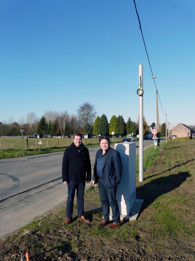 Steven Swiggers (burgemeester Haacht) en Michel Baert (burgemeester Boortmeerbeek) in de Lipsestraat, waar een ANPR-camera komt te hangen.