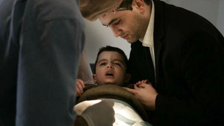 Een jongetje wordt besneden. Beeld ANP