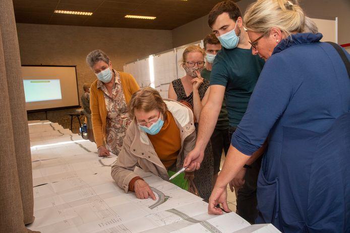 Heel wat buurtbewoners kwamen de plannen voor de nieuwe inrichting van de steenweg in Westrem inkijken.