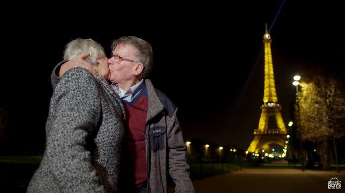 De wens van Riek komt uit: met André zoenen bij de Eiffeltoren