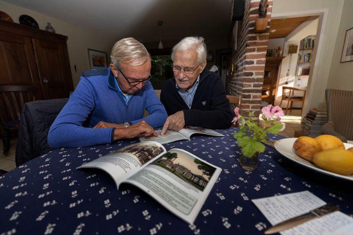 Lambert Jansen (l) en Jan Jansen met het nieuwe boek over de geschiedenis van de Markt in Waalre.