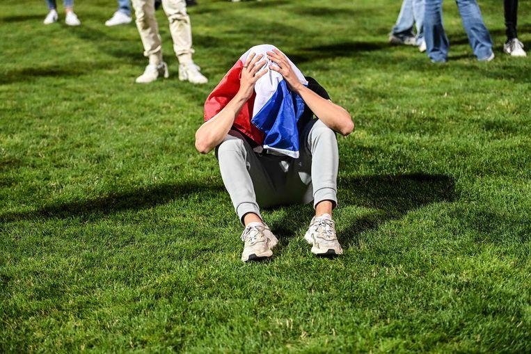Een ontgoochelde Franse fan in Lyon, na de uitschakeling tegen Zwitserland.   Beeld AFP