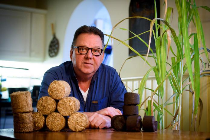 VELDHOVEN - Rogier Buker met zijn briketten en het gras.