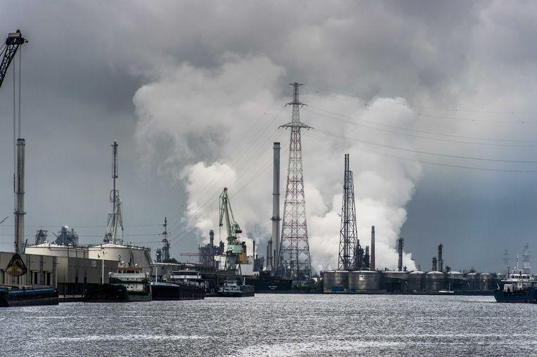Een petrochemisch bedrijf in de Antwerpse haven. Beeld BELGAIMAGE