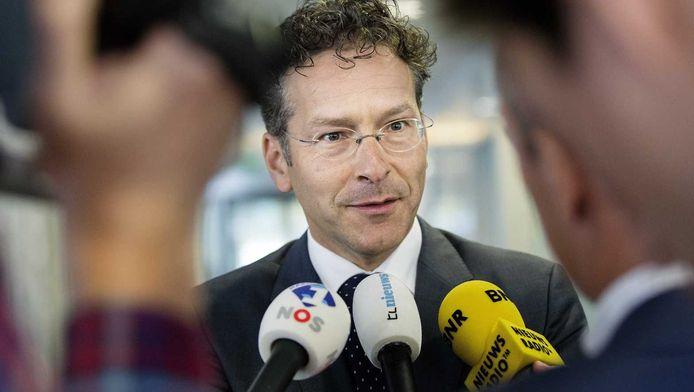 Minister Dijsselbloem van Financiën staat de media te woord.