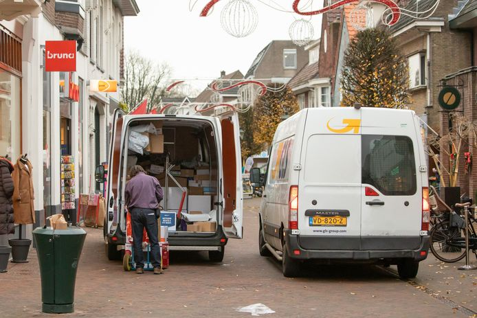 Pakketbezorgers zorgen voor meer drukte in de straat