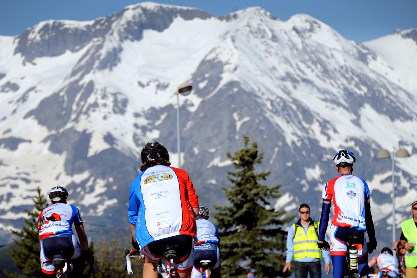 Deelnemers aan de charitatieve tocht Alpe d'Huzes afgelopen juni. Stichting Inspire2Live werd in 2010 opgericht door de initiatiefnemers van Alpe d'Huzes.