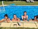 Met een stel vriendinnen genieten van de zon, het water en een koel drankje.