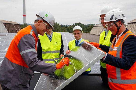 CEO Manfred Van Vlierberghe mocht samen met onder andere interim-gouverneur Didier Detollenaere, Gents burgemeester Mathias De Clercq en Eneco Solar's CEO Iwein Goigne het laatste zonnepaneel ondertekenen en plaatsen.