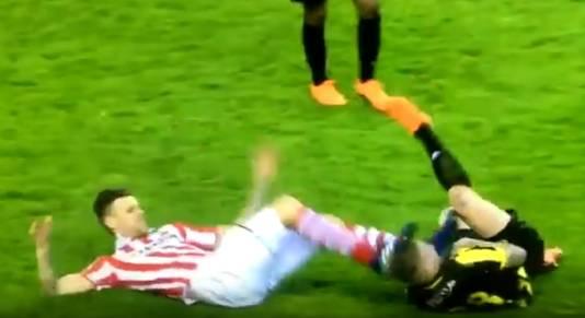 Michiel Kramer schopt tegen het hoofd van Vitesse speler Alexander Buttner en krijgt een rode kaart.