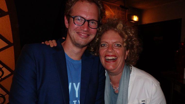 Cabaretier Brigitte Kaandorp neemt het eerste exemplaar in ontvangst van de cd Plankjes, van columnist/cabaretier Johan Goossens. Beeld Schuim
