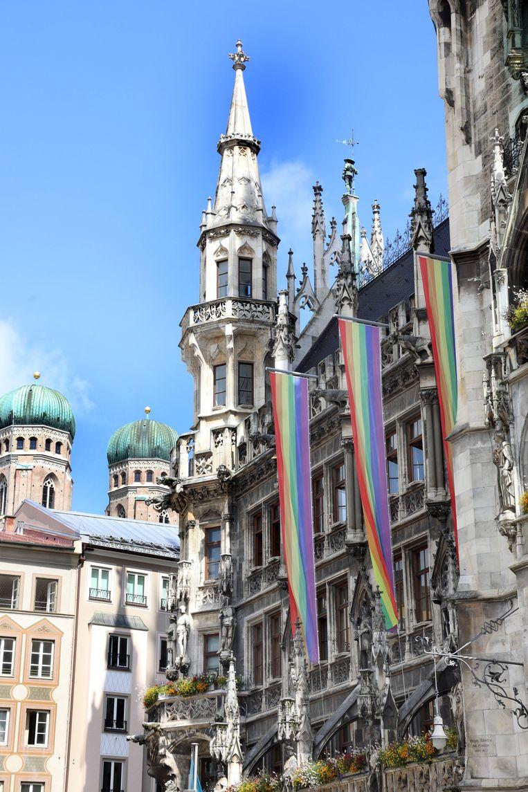 Regenboogvlaggen aan het stadhuis van München.  Beeld Hollandse Hoogte
