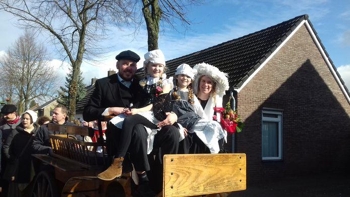 Het boerenbruidspaar Ank en Frans Lathouwers, met dochters Bo en Guusje rijden mee in de optocht van Son en Breugel.