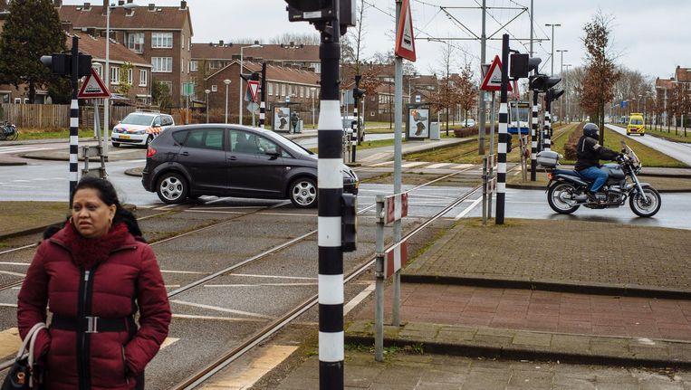 Het kruispunt van de Burgemeester Roëllstraat en de Burgemeester van Leeuwenlaan in Nieuw-West waar begin deze week een dodelijk ongeval plaatshad Beeld Marc Driessen