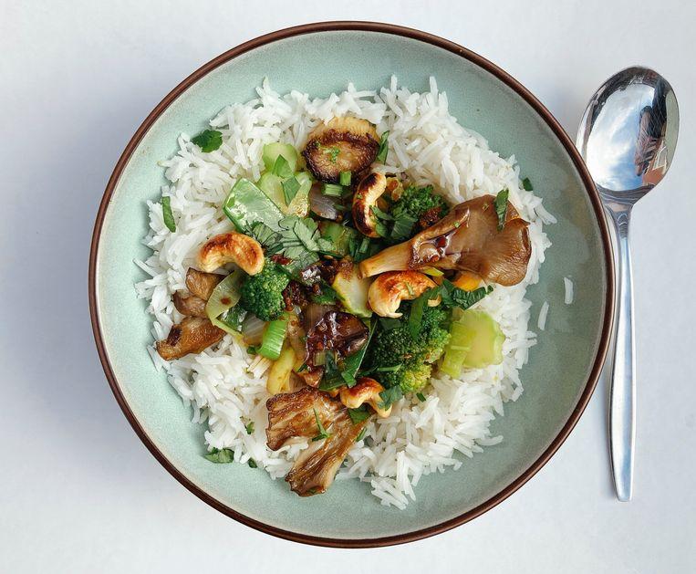 Wokschotel met broccoli en oesterzwammen  Beeld Tallina van den Hoed