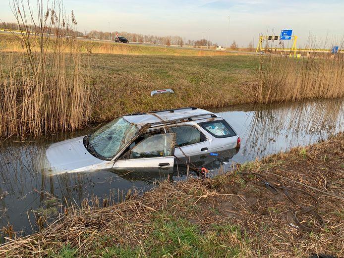 Auto belandt in water naast A59