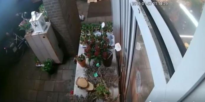 Fragment uit de videobeelden waarop de laatste diefstal te zien is. Links de dievegge op de fiets.