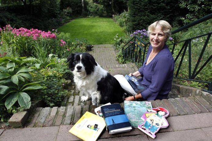 Lise Bogh-Sorensen, anno 2010 met enkele van de boeken die ze vanuit het Nederlands naar het Deens heeft vertaald. foto Ab Hakeboom
