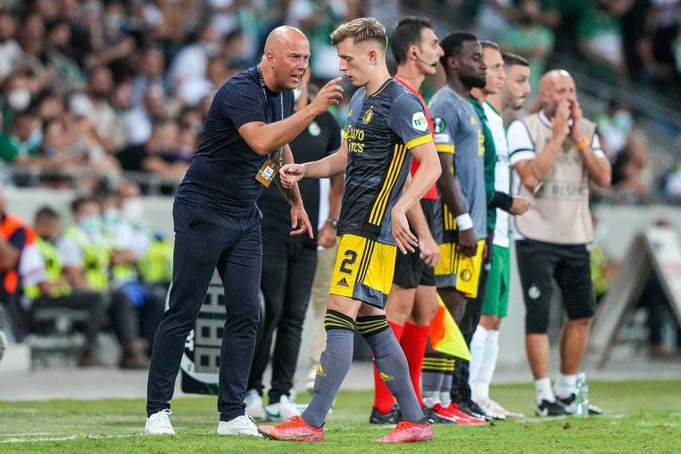 Arne Slot tijdens de wedstrijd tegen Maccabi Haifa. Beeld ANP