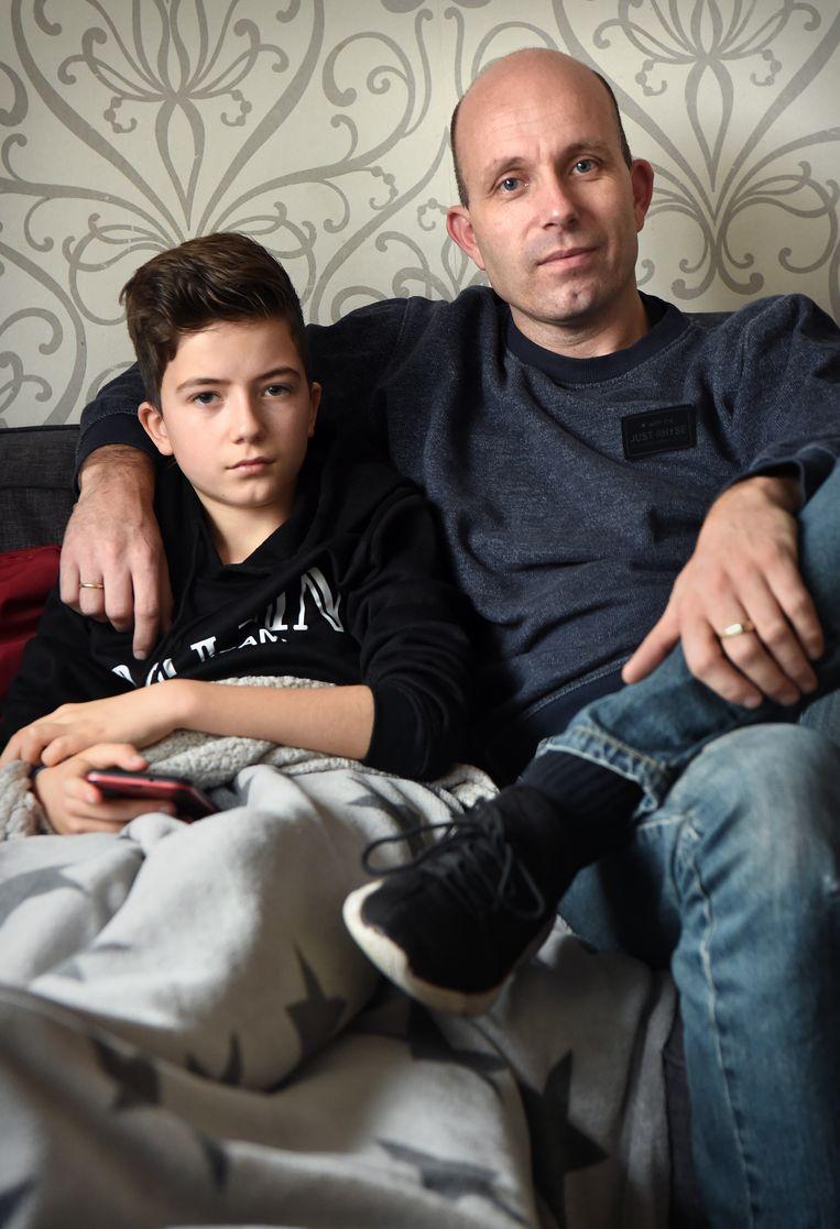 Hans Westerink en zijn zieke zoontje Finn.  Beeld Marcel van den Bergh / de Volkskrant