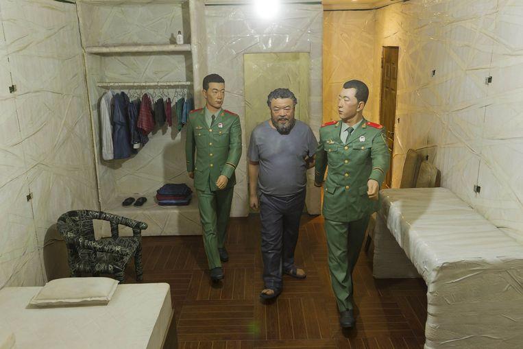 Maarten Doorman over Ai Wei Wei's installatie S.A.C.R.E.D. 'Omdat je als toeschouwer door een luikje moet loeren, besef je opeens dat je zelf in de positie van bewaker wordt gedrongen. Dan wordt het goede kunst, omdat het ingewikkeld wordt.' Beeld epa