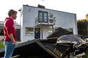 Stern Nordsiek kijkt beteuterd naar het dak die in de tuin is gewaaid
