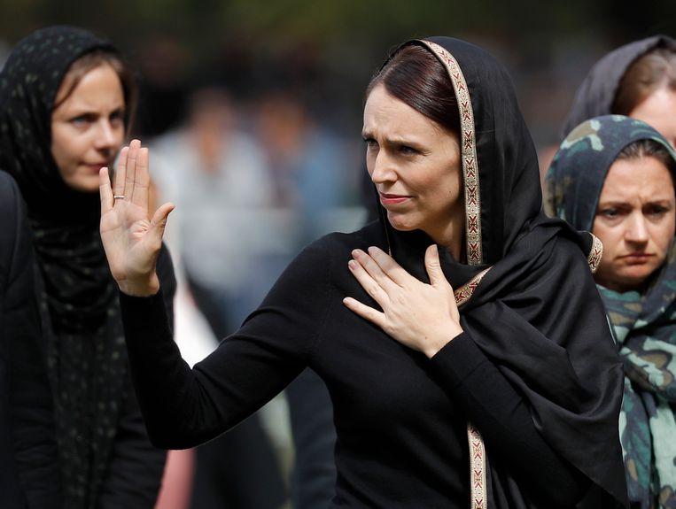Jacinda Ardern in 2019, terwijl ze een moskee in Christchurch verlaat. Beeld AP