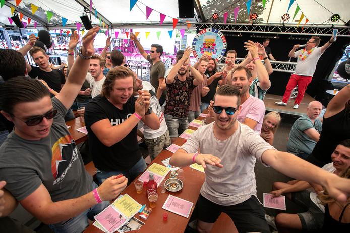 Biercantus (liedjes zingen en bier drinken) bij Steakhouse Beer and Beefs tijdens de kermis in Valkenswaard