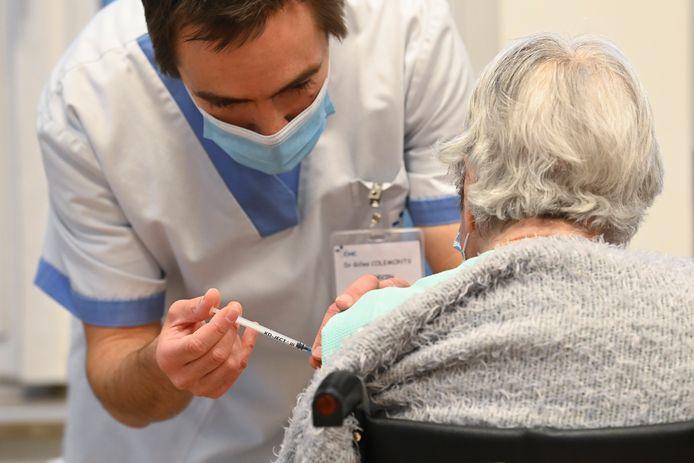 Une résidente de maison de repos se faisant vacciner à Landenne, en province de Namur, le 7 janvier dernier.