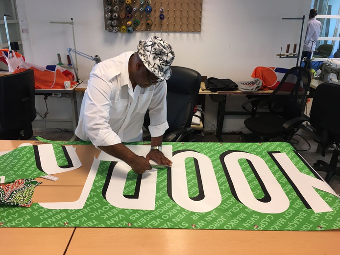 Vrijwilliger Ed van Stichting Bij Corrie werkt aan het ontwerp van de sporttas.