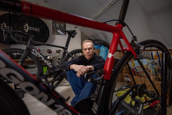 Remco Grasman uit Emmeloord reed woensdagavond een trainingsrondje op zijn op helemaal op maat gemaakte tijdritfiets, toen hij plotseling werd klemgereden. Grasman viel en werd beroofd. Hij moest zijn peperdure fiets afstaan.