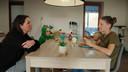 Kristel en de 25-jarige Ellen, een alleenstaande mama met twee kinderen, in 'Zorgen voor Mama'
