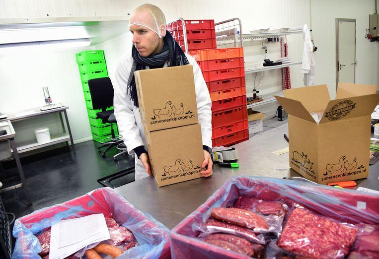 Vleespakketten van SamenEenVarkenKopen worden ingepakt.  Beeld Marcel van den Bergh