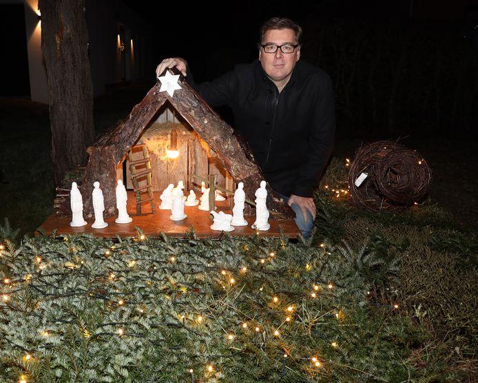 Stefan De Cock, van feestcomité Kiekenhaag, bij een van de kerststalletjes.