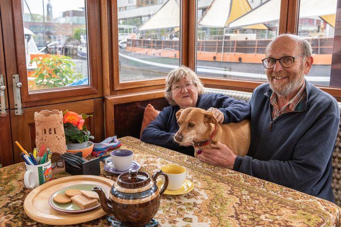 Fred McDonald, Tony Davis en hun hond Shoga (10) wonen in de winter in de Eemhaven in Amersfoort.