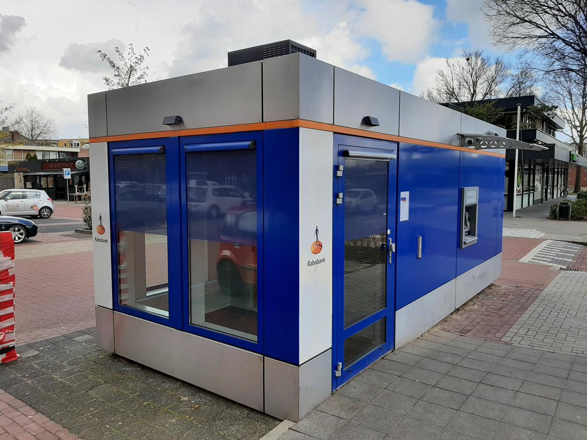 De voormalige Rabobank-kiosk op de Markt in Nijverdal wordt momenteel omgebouwd tot Geldmaat. Hier kan  'eind volgende week' weer worden gepind.