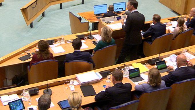 Nederlandse ministers kijken stiekem voetbal tijdens belangrijk debat
