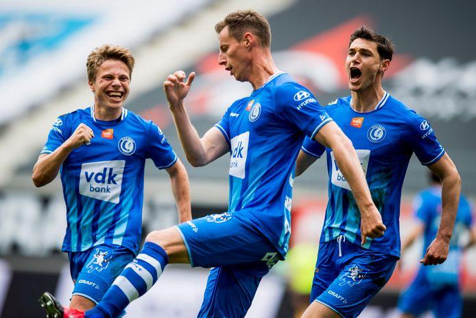Matisse Samoise (l.) viert met Godeau (m.) en Yaremchuk (r.) het tweede doelpunt van AA Gent tegen KV Oostende.
