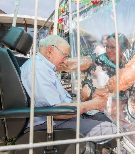 Feestelijk en treurig tegelijk: familie knuffelt 103-jarige Krijn met plastic ertussen