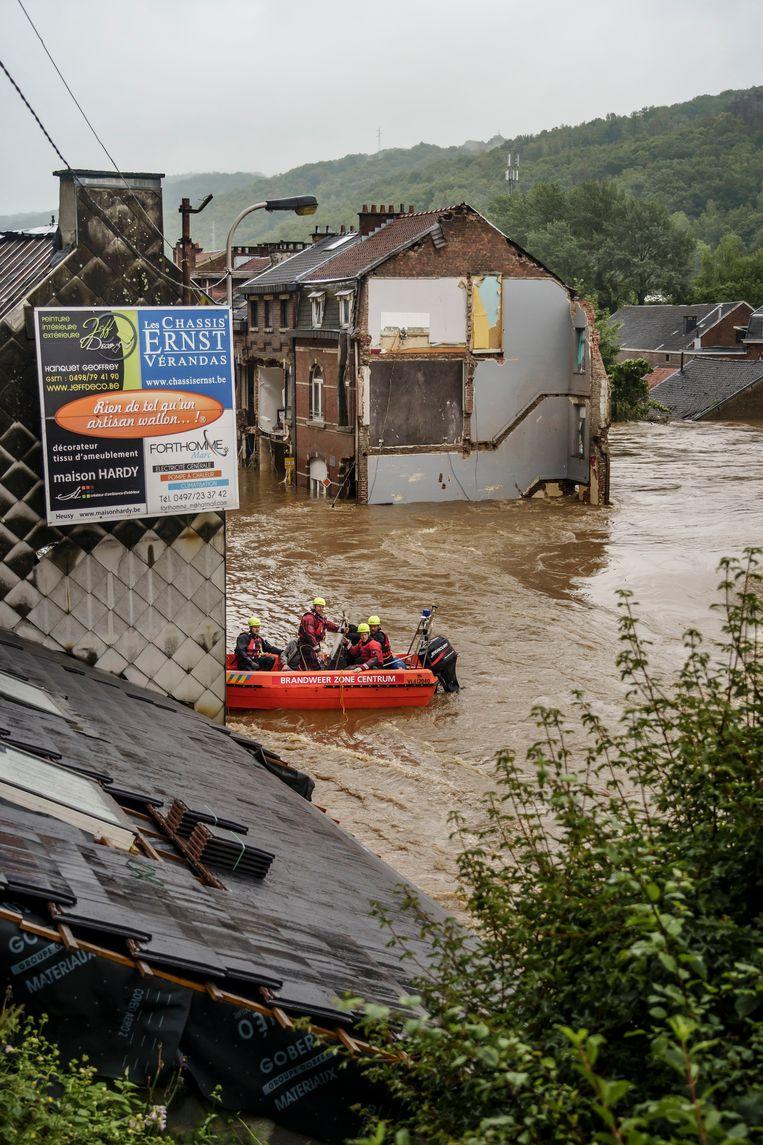 Antwerpse brandweerlui evacueren bewoners van Pepinster. Beeld Eric de Mildt