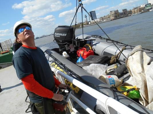 Weer wordt een rubberboot vol plastic aan boord gehesen