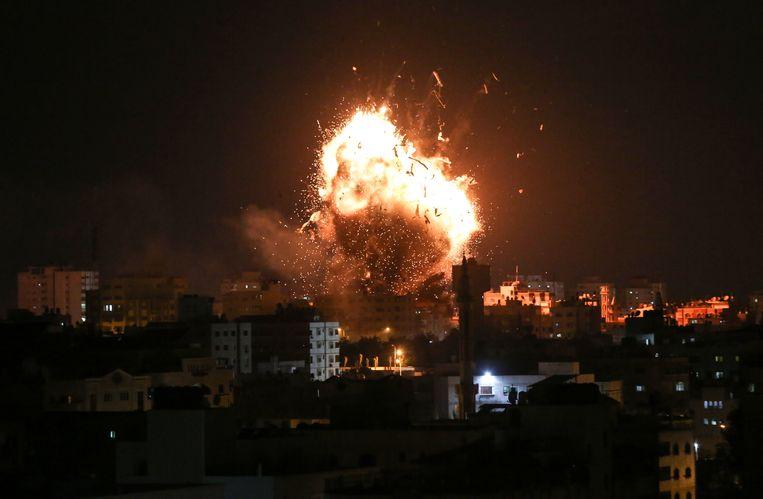 Militante Palestijnen in Gaza hebben honderden projectielen afgevuurd op Israël. De Israëlische strijdkrachten voerden op hun beurt meer dan zeventig luchtaanvallen uit en bombardeerden onder meer een televisiestation van de Palestijnse beweging Hamas.