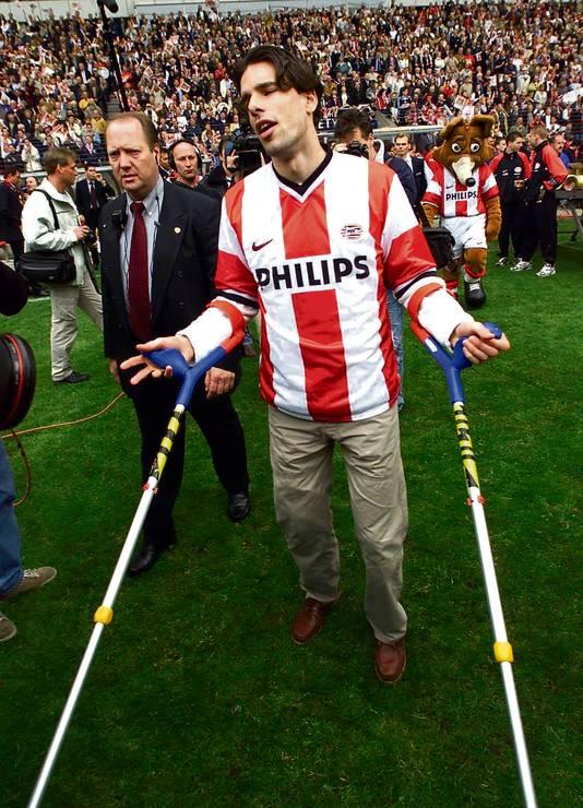 Ruud van Nistelrooy op krukken bij het kampioensfeest van PSV (na 7-1 winst op RKC) op 30 april 2000, drie dagen nadat hij zijn kruisband heeft afgescheurd.