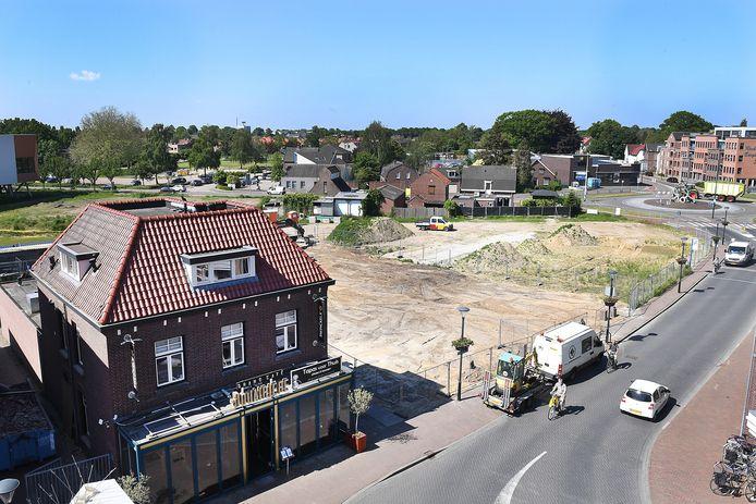 Veel oude huizen zijn de afgelopen tijd gesloopt. een paar moeten nog weg. Het is de bedoeling dat er tussen de sporthal, de rotonde en de Douarriere nieuwbouw komt onder andere zorgwoningen.