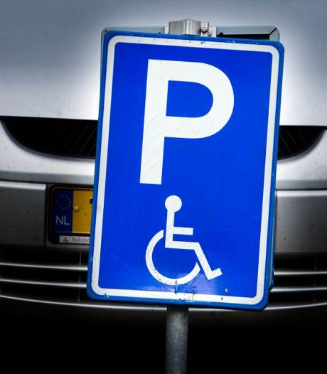 Parkeerkaart voor gehandicapten kost in de ene gemeente honderden euro's, ergens anders is het gratis