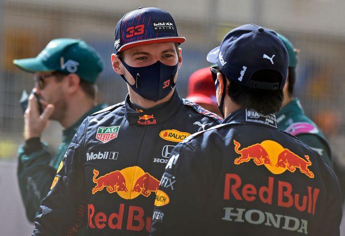 Een onderonsje tussen Max Verstappen en Sergio Pérez tijdens de testdagen in Bahrein.