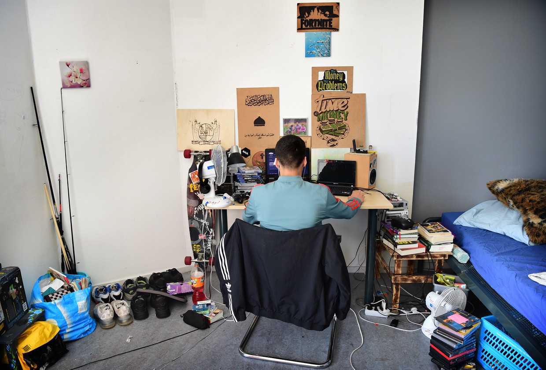 Rik (17) in zijn kamer in Midgaard. Beeld Marcel van den Bergh / de Volkskrant