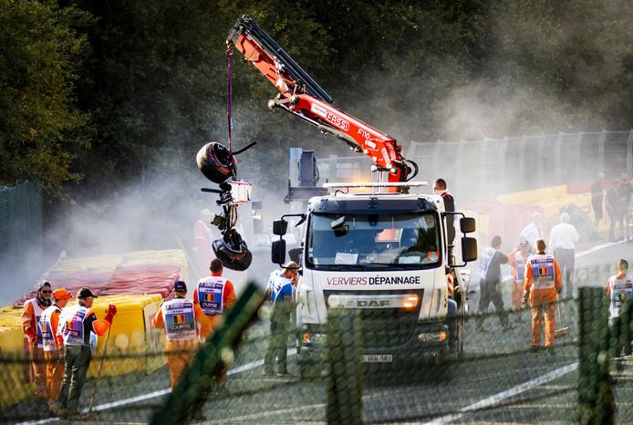 Brokstukken van de auto waarin Sauber-coureur Juan Manuel Correa zat in zijn race op Spa. De Ecuadoraan kwam vol in botsing met de Fransman Antoine Hubert, die de crash niet overleefde.
