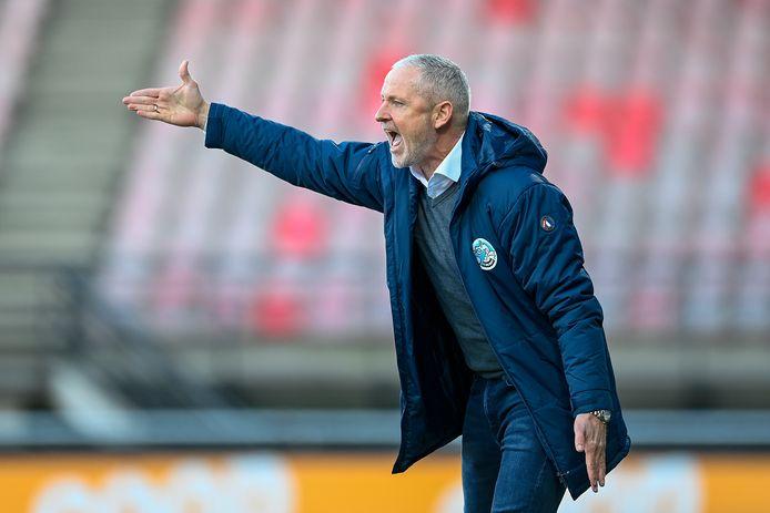 FC Den Bosch-trainer Jack de Gier, zijn ploeg luidkeels coachend langs de lijn in het Goffertstadion.