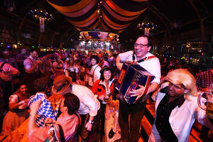 Ook dit jaar mist de organisatie de basis 'voor een verbroederend feest, waarin mensen in een ongedwongen sfeer vrij kunnen bewegen.'